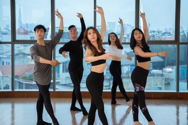 Povos asiáticos dançando no estúdio