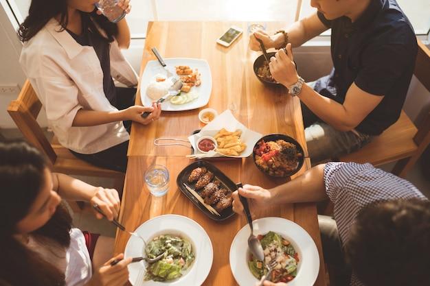 Povos asiáticos que tomam o café da manhã em um restaurante. vista superior