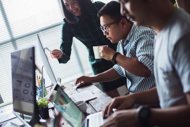 Povos asiáticos que trabalham junto no escritório. e pensamento criativo. equipe bem sucedida.