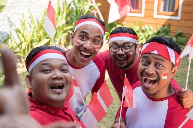 Povos asiáticos tomando selfie no dia da independência
