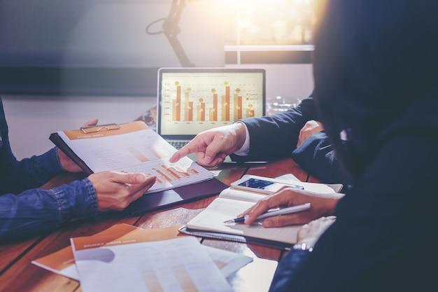Povos de negócios, analisando dados juntos no trabalho em equipe para planejamento e inicialização de novo projeto