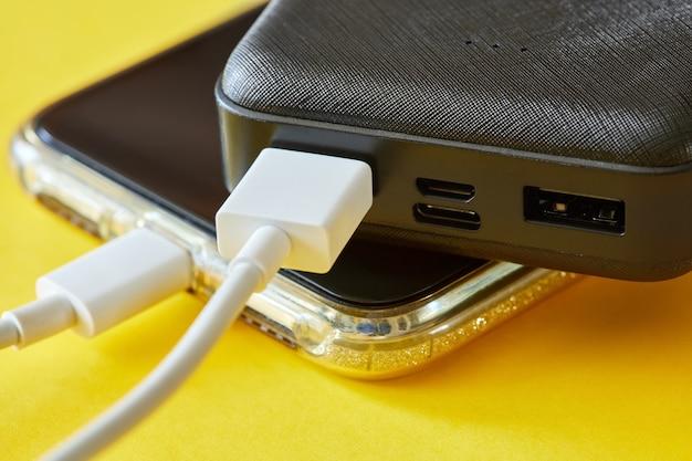 Power bank cobra smartphone usando um cabo usb