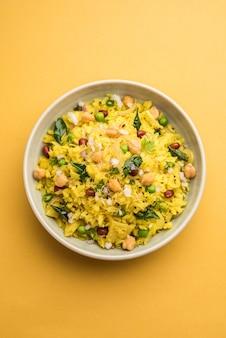 Power kabuli chana poha ou choley pohe rico em proteínas, popular maharashtrian, receita de café da manhã indiano, foco seletivo