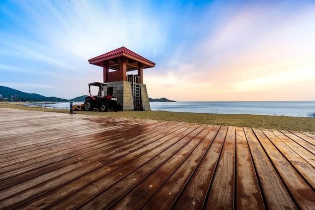 Praça à beira-mar e estacionamento de madeira