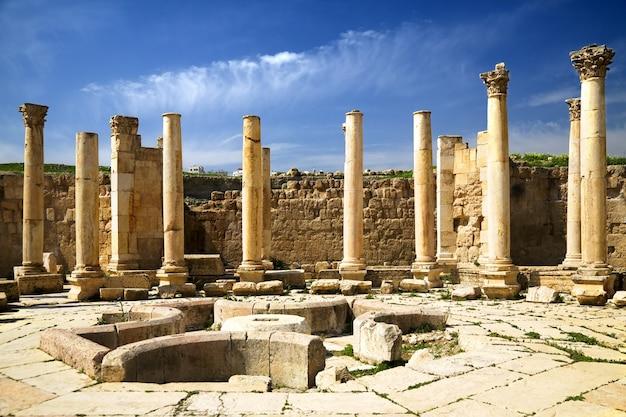 Praça antiga com colomns em jerash, jordânia