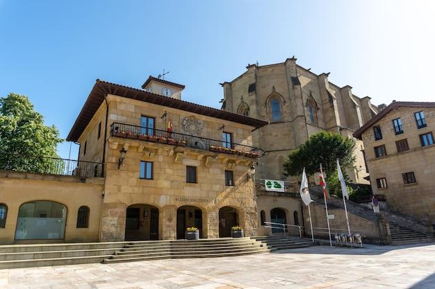 Praça da cidade com a prefeitura no município de lezo, a pequena cidade costeira na província de gipuzkoa, país basco