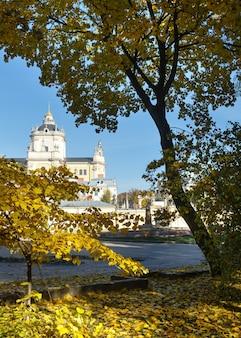 Praça da cidade de outono em lviv. a catedral de saint georges (construída entre 1744-1760) e o monumento de andrey sheptytsky atrás (inaugurado em 29 de julho de 2015).