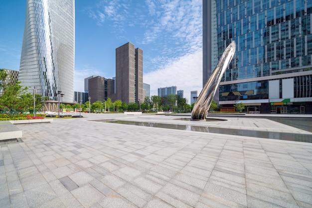 Praça da cidade e arranha-céu