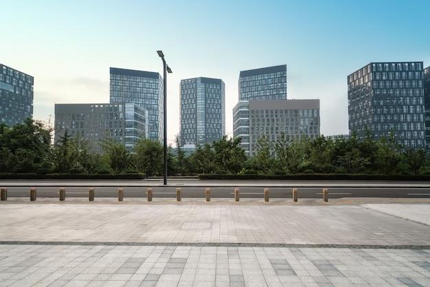 Praça da cidade e arranha-céus modernos