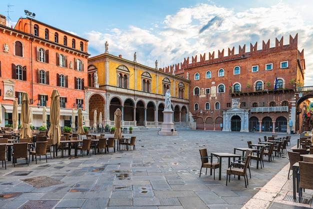 Praça da cidade velha de verona, piazza dei signori, com a estátua de dante e um café de rua com ninguém. veneto, itália. destino turístico