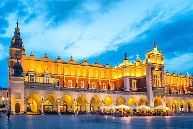 Praça da cidade velha em cracóvia, polônia