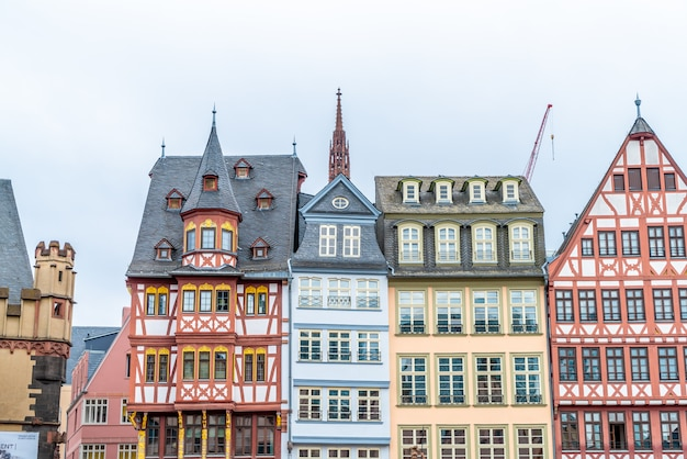 Praça da cidade velha romerberg com estátua de justitia em frankfurt na alemanha