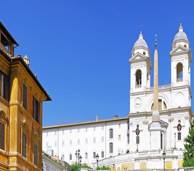 Praça da espanha e igreja da santíssima trindade em roma durante as férias em roma, itália