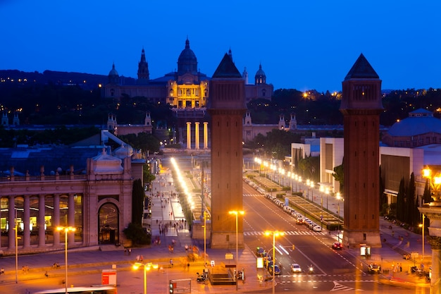 Praça da espanha em barcelona à noite