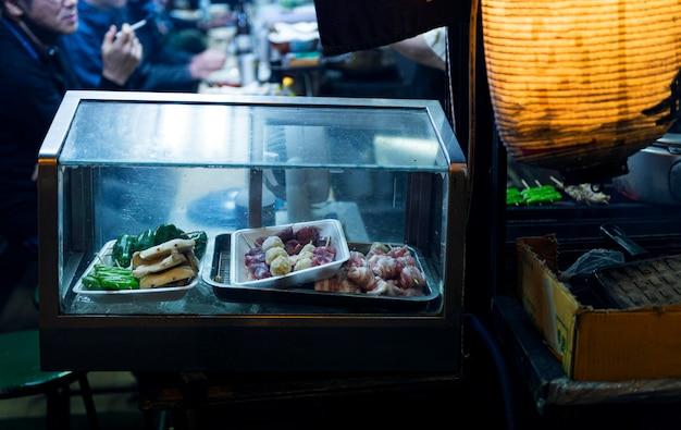 Praça de alimentação japonesa com lanches em exposição