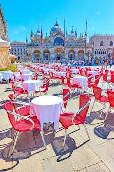 Praça de são marcos em veneza em um dia ensolarado de verão, itália