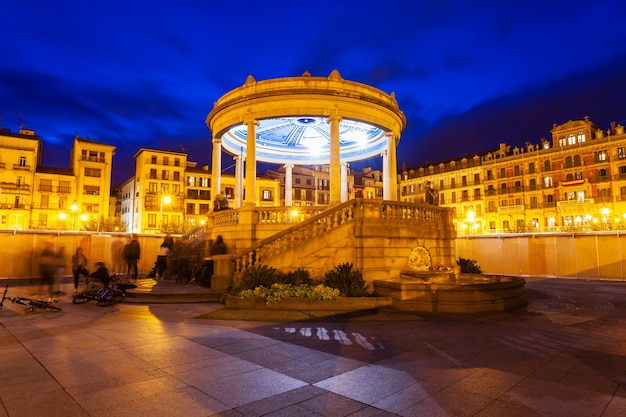 Praça do castelo ou plaza del castillo no centro da cidade de pamplona, região de navarra da espanha
