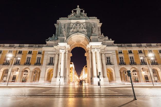 Praça do comércio está localizado na cidade de lisboa, portugal