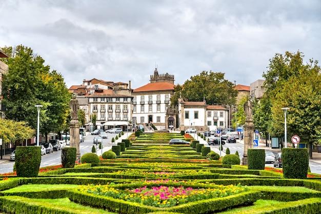 Praça do jardim da república do brasil em guimarães, portugal