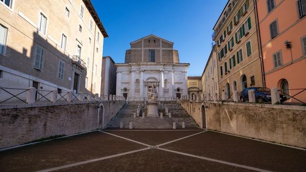 Praça do plebiscito com a igreja de san domenico em ancona