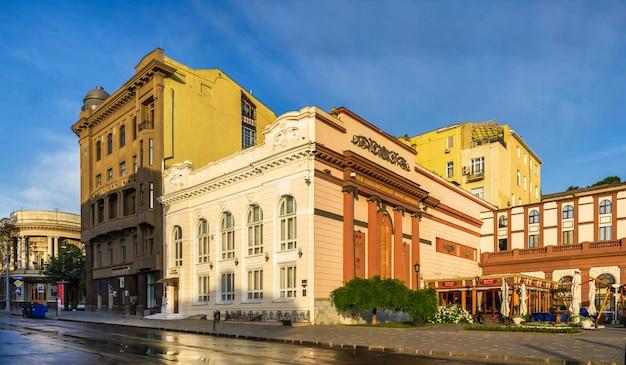 Praça do teatro e edifícios históricos em odessa