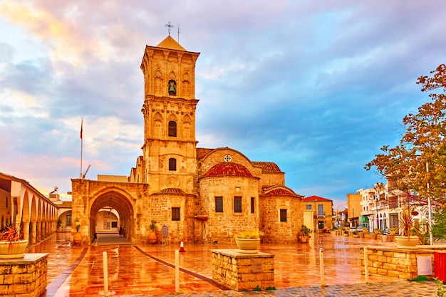 Praça em larnaca e igreja de são lázaro, chipre