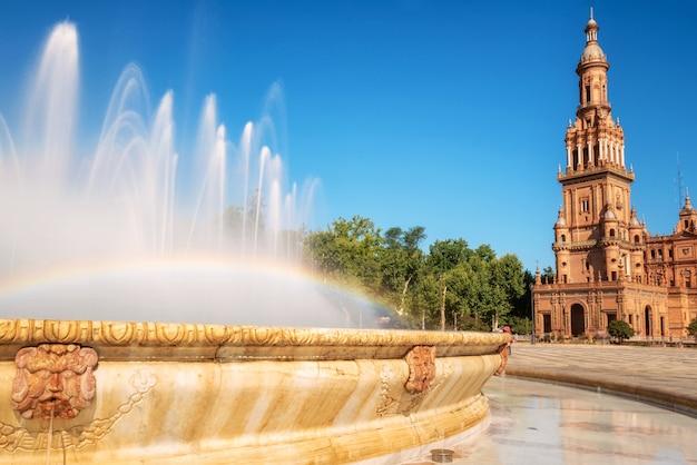 Praça espanhola de plaza espana em sevilha em um dia de verão bonito, espanha.