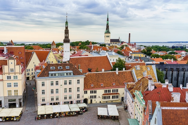 Praça principal de tallinn, vista aérea da torre da prefeitura. estônia.