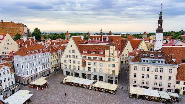 Praça principal de tallinn, vista aérea dos edifícios medievais com seus telhados vermelhos.