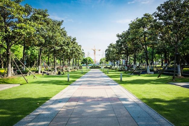 Praça pública com piso de estrada vazio no centro da cidade