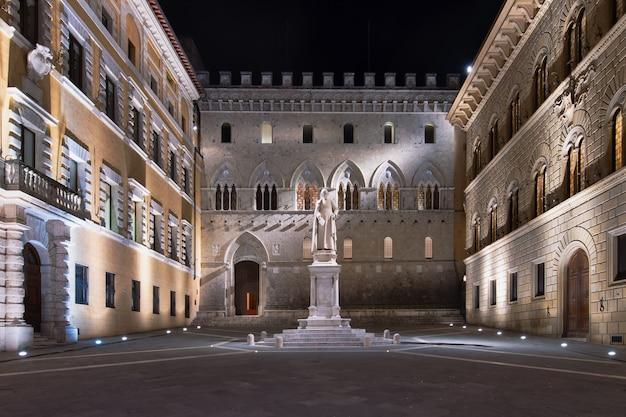 Praça salimbeni em siena à noite