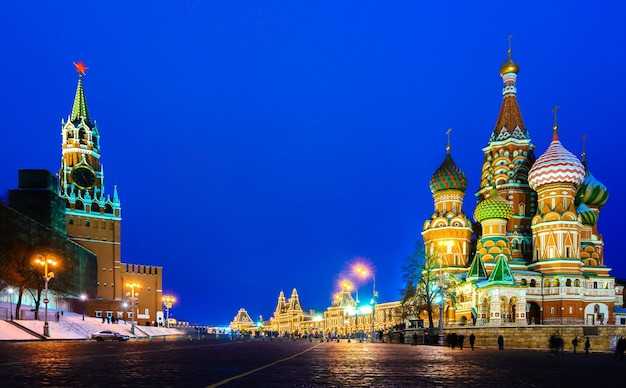 Praça vermelha de moscou e catedral de são basílio na visão noturna de inverno