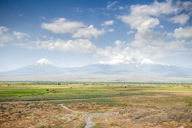 Prado, colinas e céu azul