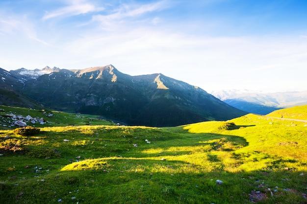 Prado das montanhas nos pirinéus