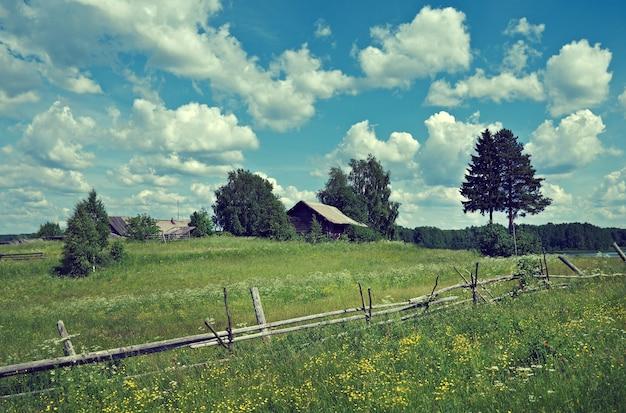 Prado de verão russo cerca de madeira região de arkhangelsk rússia