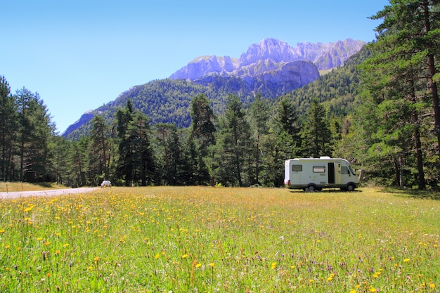 Prado do autocaravan do campista na montanha de pyrenees