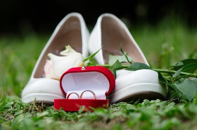 Prado verde colocou os sapatos da noiva, rosa e caixa com anéis.