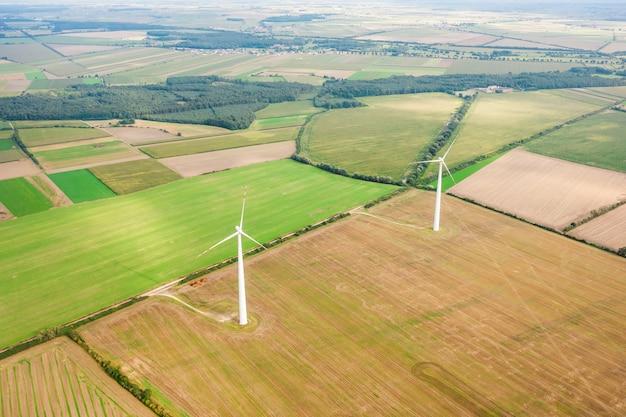 Prado verde com turbinas eólicas gerando eletricidade, paisagem de verão, fontes de energia alternativas