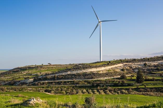 Prado verde com turbinas eólicas, gerando eletricidade.