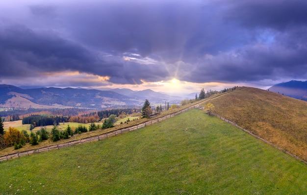 Prado verde ou pasto nas montanhas de outono ao amanhecer.