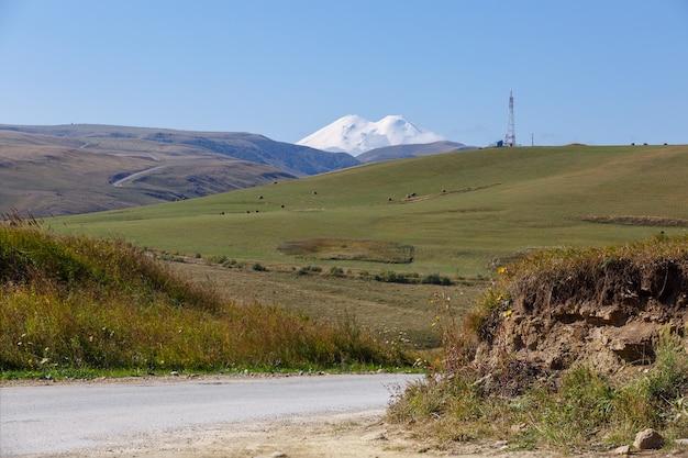 Prados no sopé de elbrus. cáucaso do norte, na rússia.