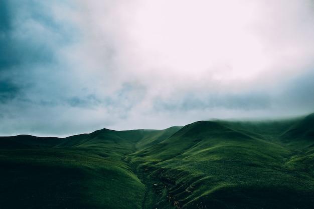 Prados verdes montanhas nublado