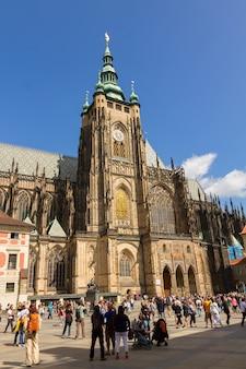 Praga - 19 de agosto: praça lotada em frente à igreja catedral de são vito, praga, república tcheca