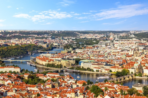 Praga faz uma ponte sobre a vista de vltava, cidade baixa e cidade velha.