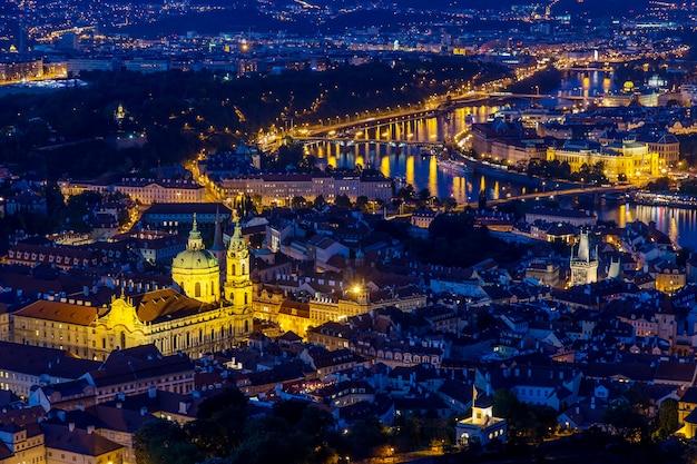 Praga na hora do crepúsculo azul, vista das pontes em vltava com mala strana, castelo de praga