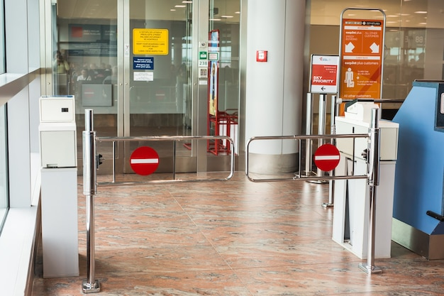 Praga, república checa - 16 de junho de 2017: terminal de gateway vazio na área de espera no aeroporto.