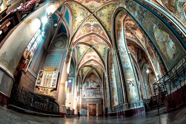 Praga, república checa - 22 de maio de 2019: o interior da basílica neogótica dos santos pedro e paulo. fortaleza de vysehrad, praga, república tcheca