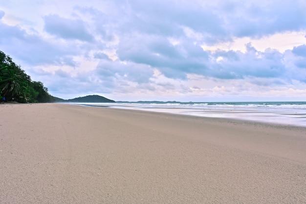 Praia à beira-mar e lindo céu