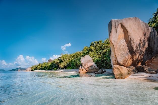 Praia anse source d'argent na ilha la digue, seychelles