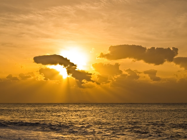 Praia ao nascer do sol, cor dourada